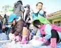 射和幼稚園で雪遊び