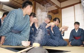 第一小生が松阪木綿の服でお茶