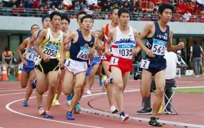 男子1500㍍決勝で、先頭をうかがう三重・深田選手(右から2人目)=伊勢市の三重交通Gスポーツの杜伊勢陸上競技場で