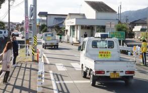 マグネットを貼り、車列パレードに出発する軽トラック=小阿坂町で