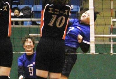 アタックを打つ明和SG・上村選手=明和町坂本の町総合体育館で