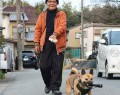 200129愛犬が懐中電灯くわえて散歩