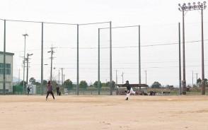 来年の国体に向けてフェンスを高くするなどの整備が完成した町総合グラウンドで、練習するフェイバリッツの選手たち=明和町大淀で