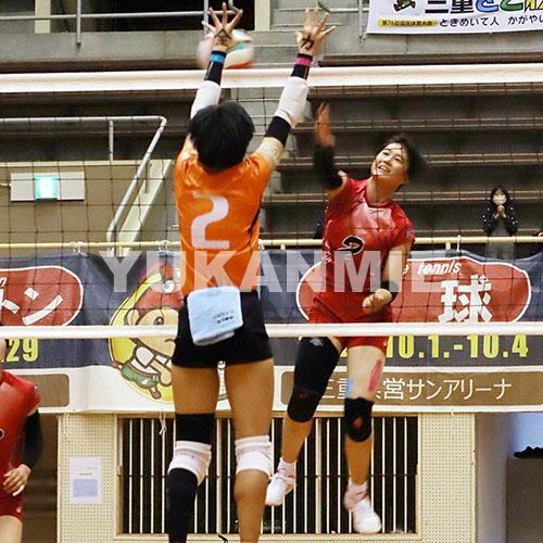 201116高校バレー女子三重の浮ケ谷選手のスパイク