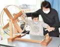 201203東黒部小で糸車体験