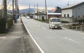 本年度と来年度で工事する立山橋付近。左側の歩道の下に暗渠の排水路がある=明和町佐田で