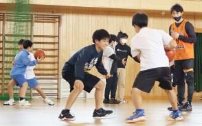 210319鎌田中でプロがバスケ指導