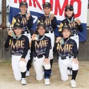 優勝した合同チームのMIKUMOの選手たち(前列左から村上さん、新保さん、阪口さん、後列同飯田投手、増田さん、山本さん=曽原町の天白小で