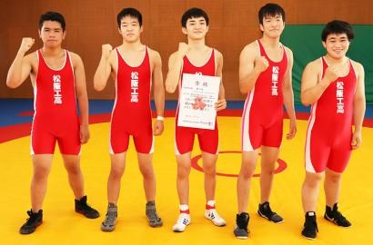 県高校総体レスリング男子団体で準優勝した皆さんと全国行きを決めた中本選手(右)=殿町の松阪工で