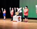 子供たちから受け取ったトーチの火を炬火台に移す竹上会長(右から3人目)=嬉野権現前町の嬉野ふるさと会館で